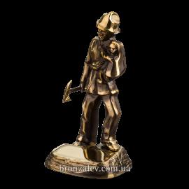 Статуэтка из бронзы «Пожарный спасатель»