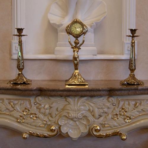 Бронзовые часы с 2 бронзовыми подсвечниками для 1 свечи